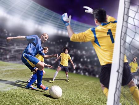 hombre disparando: de fútbol o de fútbol jugadores de equipo contrario en el campo