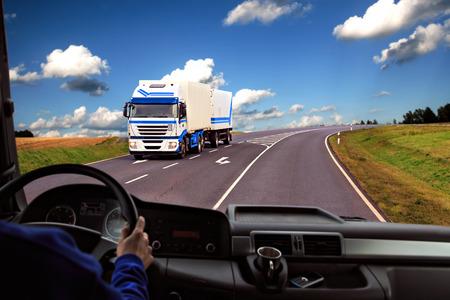 vue du pilote dans le cockpit d'un camion sur la route Banque d'images
