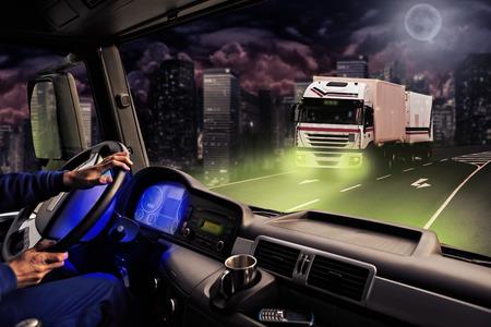 transport: Föraren vy från cockpiten på en lastbil på vägen på natten Stockfoto