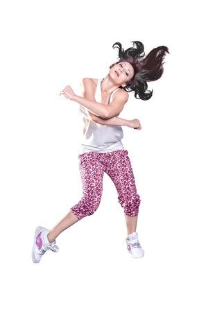 una mujer en traje de deporte en el ejercicio de la danza de la aptitud o aeróbic