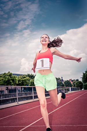 deportista atlética femenina en una pista en el estadio