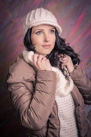 ropa de invierno: estudio de retrato de una mujer joven con ropa de invierno