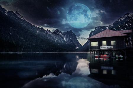 tirol: Lago di Dobbiaco alias Toblacher See in Dolomite Alps, South Tirol, Italy