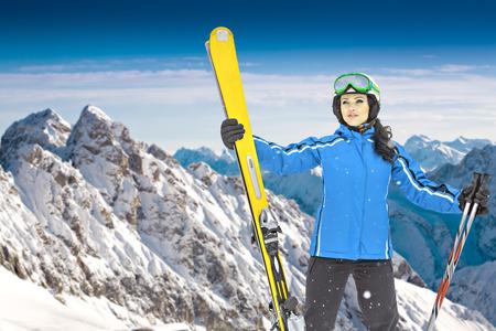 skipiste: Eine Frau Skifahren auf dem Ski in den Alpen laufen
