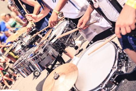 bateria musical: Una banda de tambores en la calle. Escenas del desfile de Samba. Foto de archivo