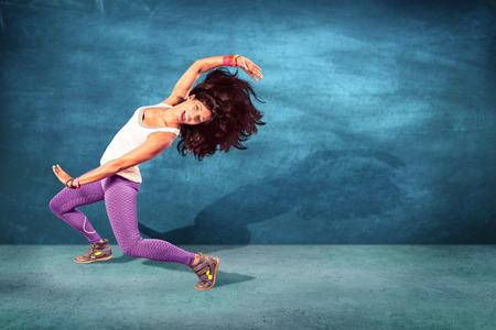 taniec: Młoda kobieta w wykonywaniu fitness lub taniec
