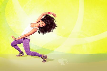 taniec: Młoda kobieta w wykonywaniu tańca fitness i zumba Zdjęcie Seryjne