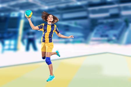 terrain de handball: joueur de handball féminin avec une balle sur le terrain