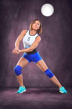 pelota de voleibol: jugador de voleibol femenino en la cancha de voleibol