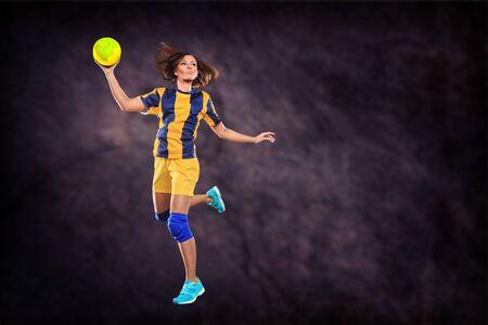 sexo femenino: jugador de balonmano femenino con una pelota en el campo