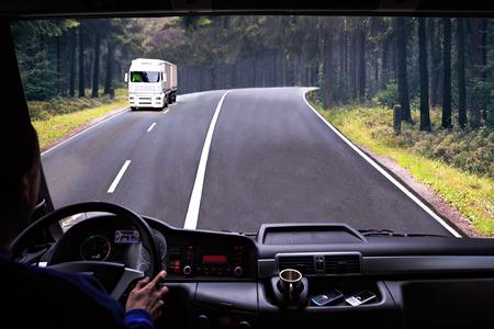 ciężarówka: Widok z kokpitu kierowcy z samochodu ciężarowego na drodze