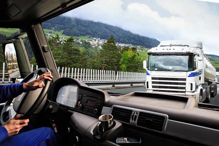 transporte: vista condutor a partir do cockpit de um caminhão na estrada por noite Imagens