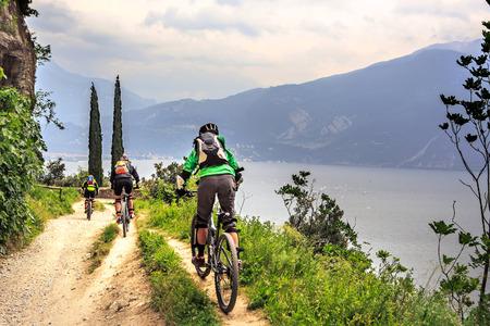 andando en bicicleta: Grupo de motorista en frente del Lago de Garda en Italia Foto de archivo