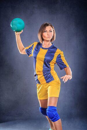 terrain de handball: joueur de handball f�minin avec une balle sur le terrain
