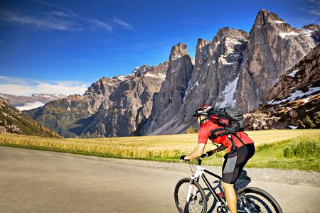 ciclismo: hombre joven en bicicleta a campo través (XC)