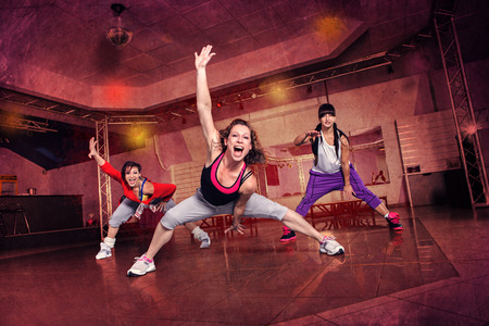 gimnasia aerobica: grupo de mujeres en traje de deporte en el ejercicio de la danza de la aptitud o aeróbic Foto de archivo