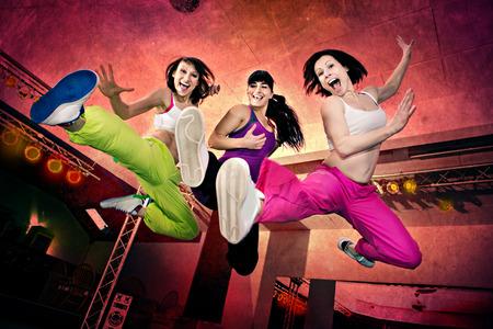 zumba: mujeres jóvenes en traje de deporte en un ejercicio aeróbico y zumba