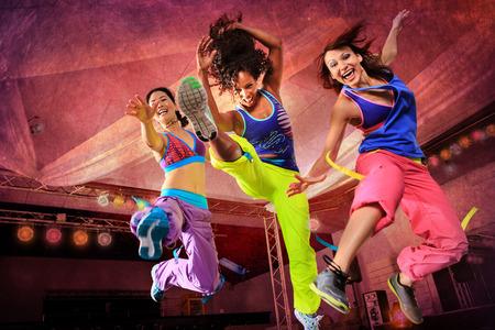 zumba: mujeres jóvenes en traje de deporte de salto en un ejercicio aeróbico y zumba Foto de archivo