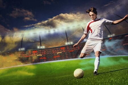 uniforme de futbol: f�tbol o jugador de f�tbol en el campo