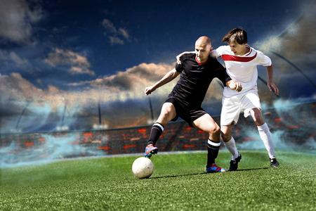 jugadores de futbol: dos jugadores de fútbol de equipo contrario en el campo Foto de archivo
