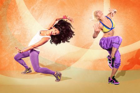 zumba: mujer joven en el ejercicio de gimnasio o bailar zumba Foto de archivo