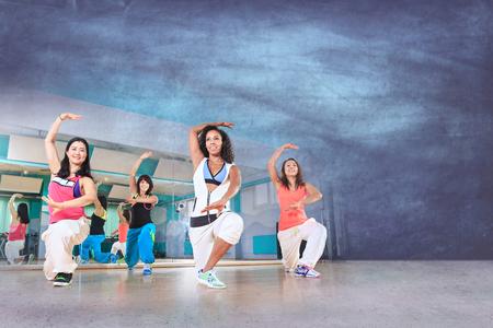baile: grupo de mujeres en traje de deporte en el ejercicio de la danza de la aptitud o aeróbic Foto de archivo