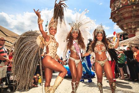 COBOURG, ALLEMAGNE - 10 juillet 2011: Une danseuse de samba non identifié participe au festival annuel de samba à Coburg, Allemagne, le 10 Juillet 2011.