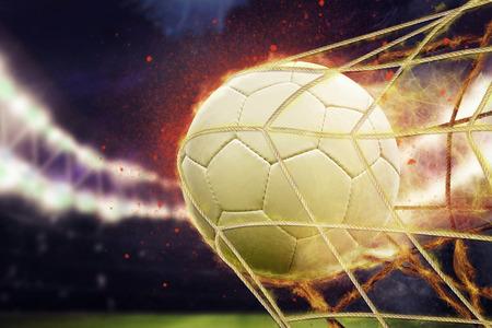 Imagen simbólica de gol con un balón de fútbol en la red Foto de archivo - 54217182