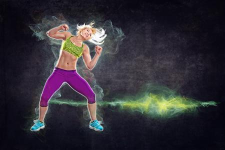 gimnasia aerobica: mujer joven en traje de deporte en un gimnasio ejercicios como aeróbicos