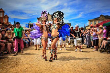 COBURG, DEUTSCHLAND - 10. Juli 2016: Der nicht identifizierte Samba-Tänzer nimmt an der jährlichen Samba-Festival in Coburg, Deutschland