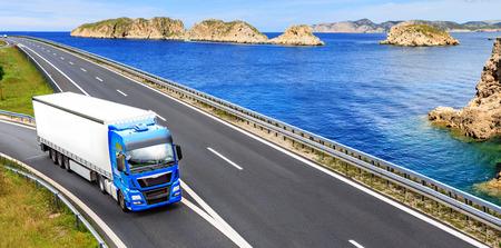 El tramo de la autopista con un camión de carga