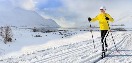 노르웨이의 겨울 풍경에 여자 크로스 컨트리 스키