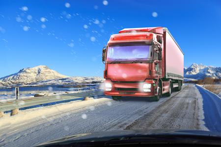 겨울 도로의 트럭,화물 및 운송 회사의 상징적 인 그림 스톡 콘텐츠