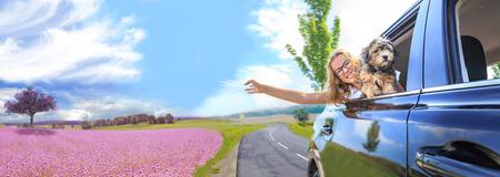 een meisje dat met de auto reist met haar gezin en een hond Stockfoto