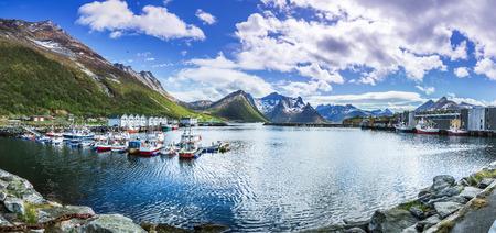 El puerto de la aldea de Husoy en la isla Senja más allá del Círculo Polar en Noruega