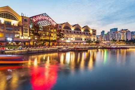 Singapur, Singapur - Circa septiembre de 2017: Clarke Quay de la ciudad de Singapur por la noche, Singapur.