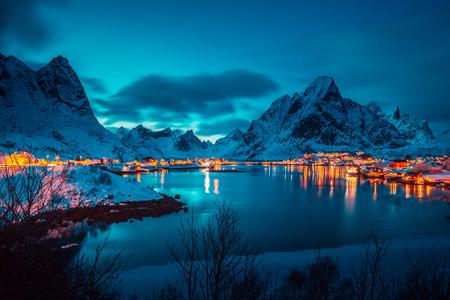 Das Fischerdorf Reine auf den Lofoten bei Nacht, Norwegen