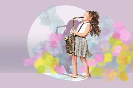 portrait of young girl with a saxophon on the stage Imagens