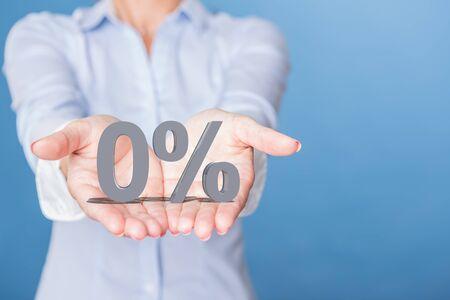 Una oferta del cero por ciento en las manos abiertas.