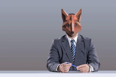 symboliczny obraz podstępnego i przebiegłego kolegi, biurokracji i złej atmosfery pracy w biurze