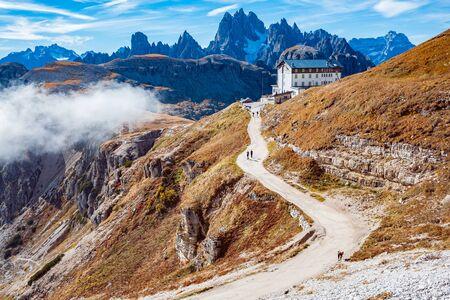 Área de Drei Zinnen en otoño en los Alpes Dolomitas, Italia