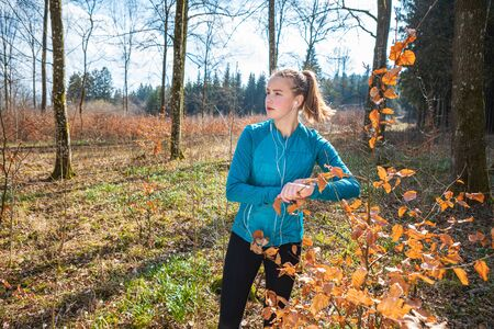 young girl jogging in the forest at spring time Imagens - 143138128