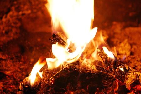 Schönes warmes Feuer mit Glut auf das Zelt entspannen Standard-Bild - 10607650