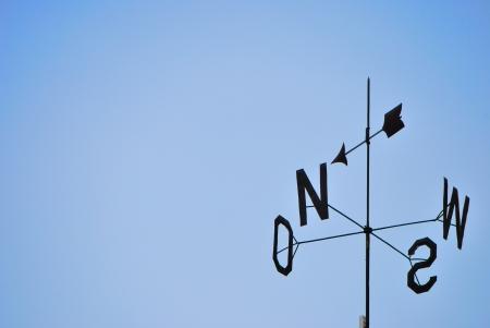 puntos cardinales: cuatro puntos cardinales con el cielo azul Foto de archivo