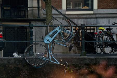 ciclos: la ciudad de Amsterdam y una gran cantidad de ciclos Foto de archivo