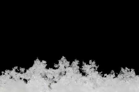 freshly fallen snow: bianco neve appena caduta su sfondo nero