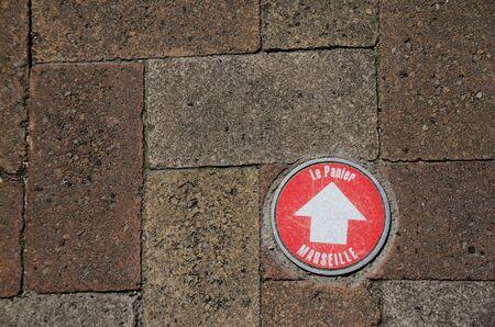 rood teken op een muur in marseille Stockfoto