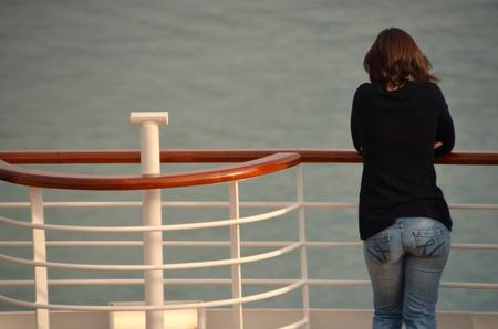 mujer de espaldas: bonita mujer por detr�s en barandilla de un barco de crucero de vacaciones