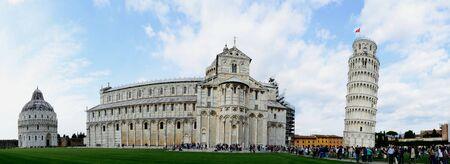 panorama view: Torre Pendente di Pisa e la Cattedrale vista panoramica completa Editoriali