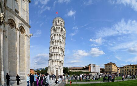 tourismus: Leaning Tower of Pisa with beautiful sky Panoramic view